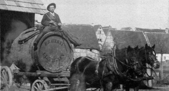 Pferdefuhrwerk mit großem Bierfass