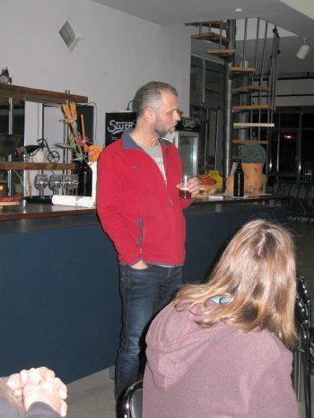 Bierprobe mit selbst gebrautem Bier aus dem Braumeister